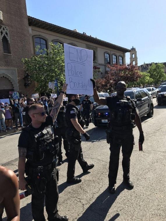 полиция на стороне протестующих
